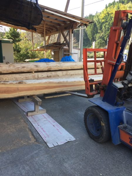 木材を運び込んでいる