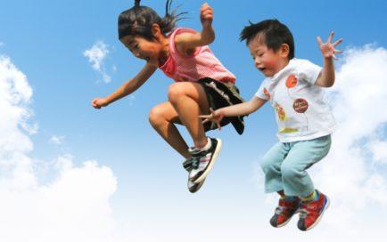 飛び跳ねる子供達
