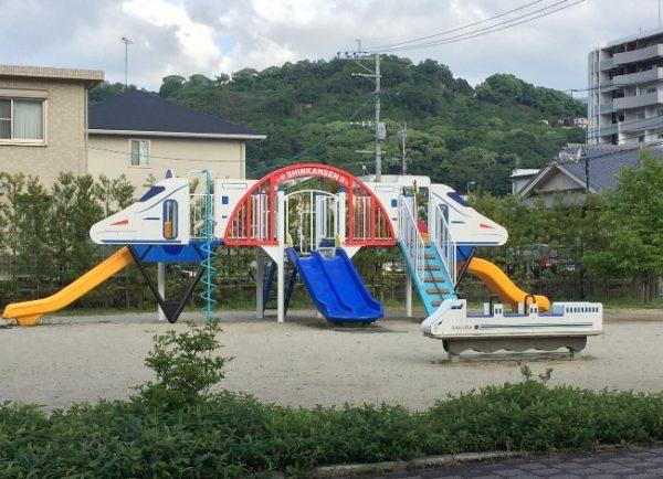新幹線の形をした遊具が置いてある公園